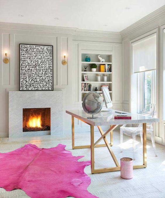 un bureau à domicile glam fait dans des tons neutres mais agrémenté d'un tapis rose vif et d'une poubelle a l'air plutôt féminin