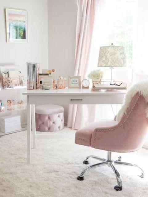 un bureau à domicile glam en blanc et rose clair, avec des rideaux roses, un pouf glam et une chaise ainsi que des imprimés élégants