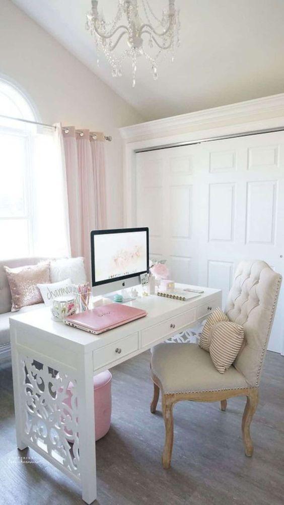 un bureau à domicile neutre d'inspiration vintage avec des rideaux roses, des oreillers, un pouf et même un ordinateur portable pour un look mignon