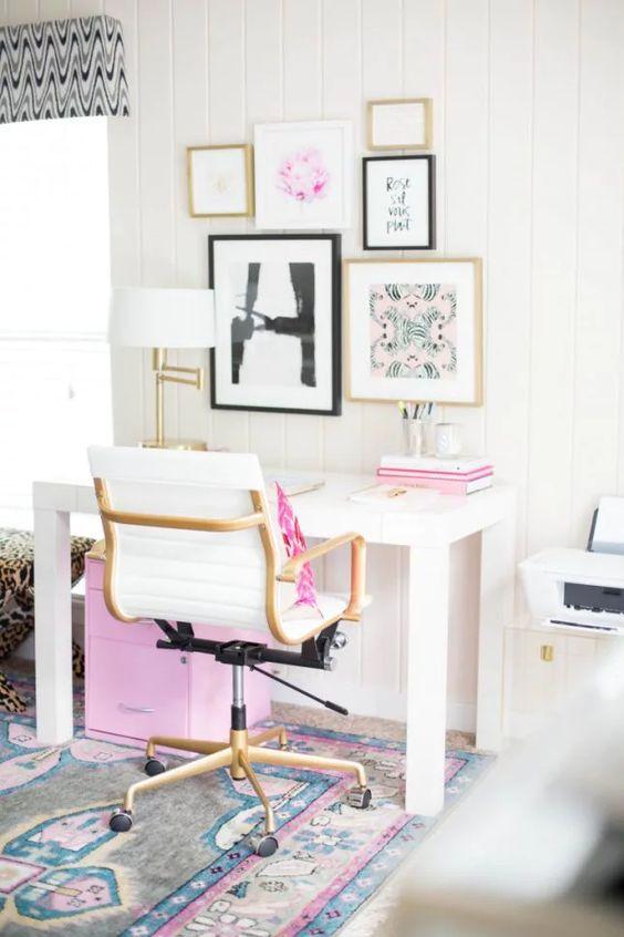 un bureau à domicile moderne avec des touches de rose - dans le mur de la galerie, des livres, un coussin et un meuble de rangement sous le bureau