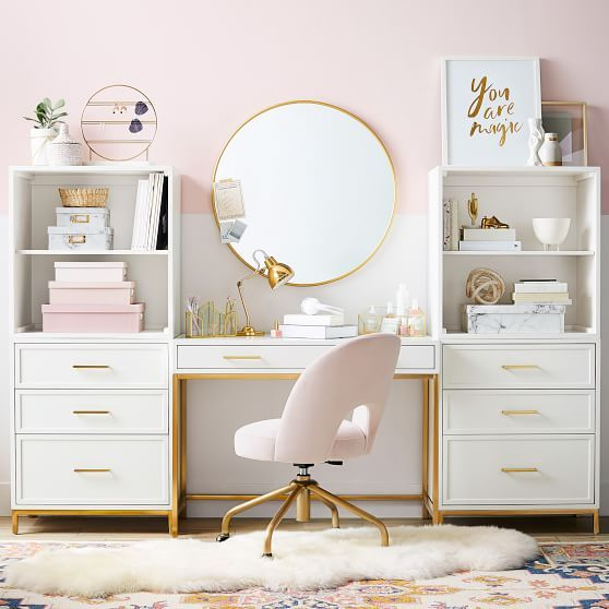 un bureau à domicile glam élégant avec un bloc de couleur rose, des accessoires roses et une chaise et des touches d'or