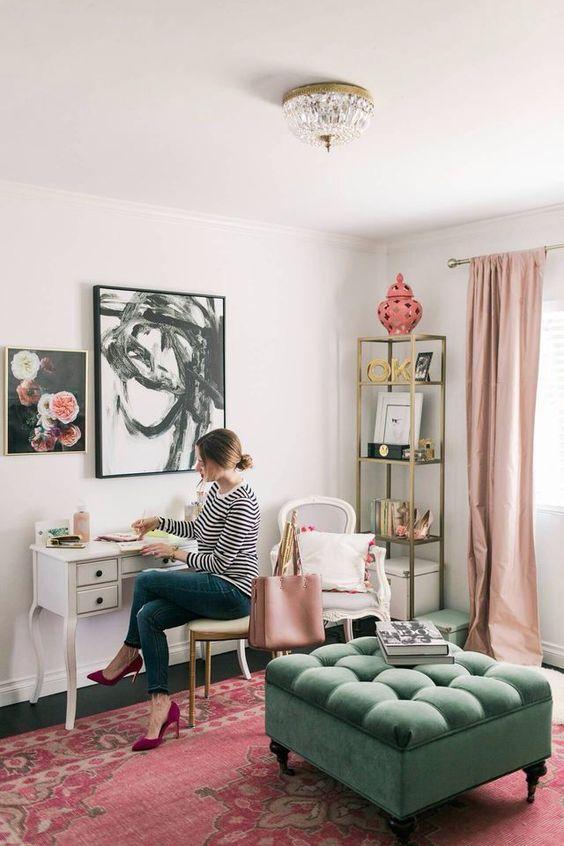 un bureau à domicile élégant avec des rideaux blush, un tapis imprimé rose, quelques accessoires et un pouf en vert pour un look et une sensation éclectiques