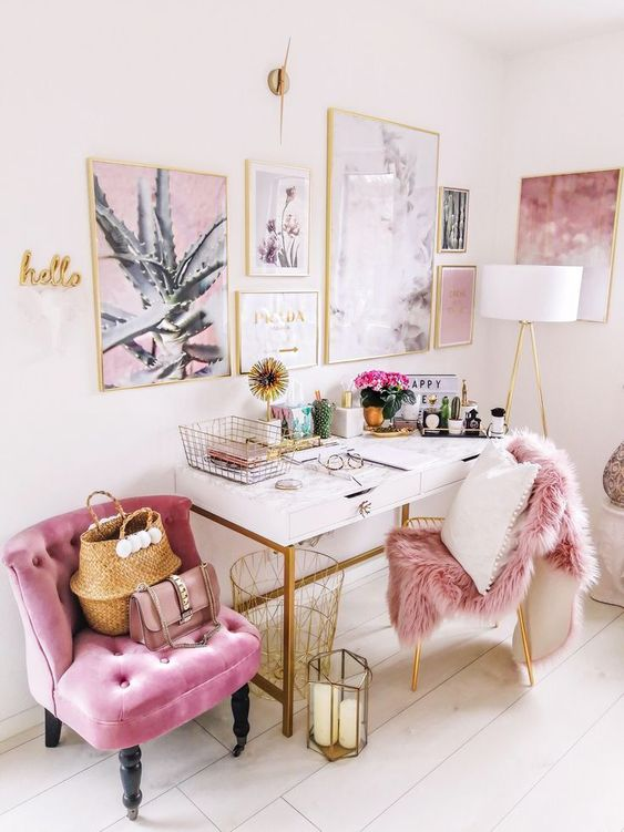un bureau à domicile super glam avec un magnifique mur de galerie dans des cadres dorés, une chaise rose et une couverture en fausse fourrure est très accueillant