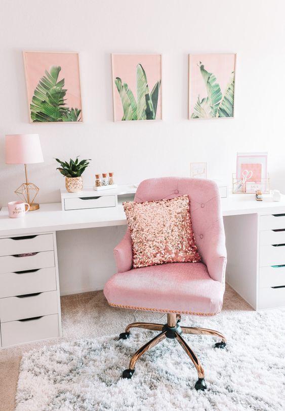 un bureau à domicile d'inspiration tropicale avec une chaise rose, un mur de galerie rose et quelques autres accessoires dans cette couleur étonnante