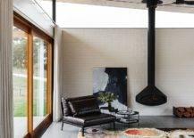 Mur-de-brique-blanc-avec-plafond-en-pente-bois-pour-salon-classique-29502-217x155