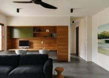 Conception-sur-mesure-de-bureau-à-maison-avec-un-bureau-en-bois-intégré-et-des-chaises-confortables-25319-217x155