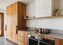 Armoires-en-bois-pour-la-cuisine-simple-avec-dosseret-en-brique-peint-blanc-74858-217x155