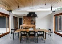 Salle-à-manger-moderne-de-la-maison-aussie-avec-sol-gris-portes-coulissantes-en-verre-et-table-en-bois-95577-217x155