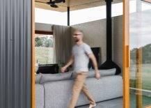 Portes-coulissantes-avec-cadre-en-bois-connectez-le-nouveau-salon-avec-le-monde-exterieur-20771-217x155