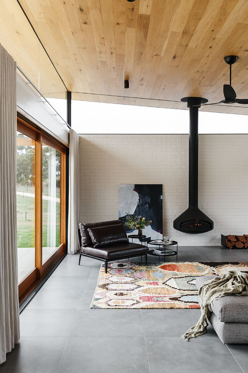 Mur-de-brique-en-blanc-avec-un-plafond-en-pente-en-bois-pour-le-salon-classique-29502