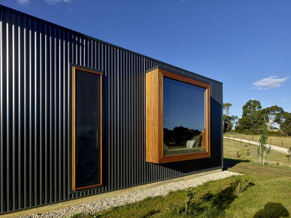 Des-fenêtres-magnifiquement encadrées-apportent-de-la-lumière-et-des-vues-dans-la-maison-11565