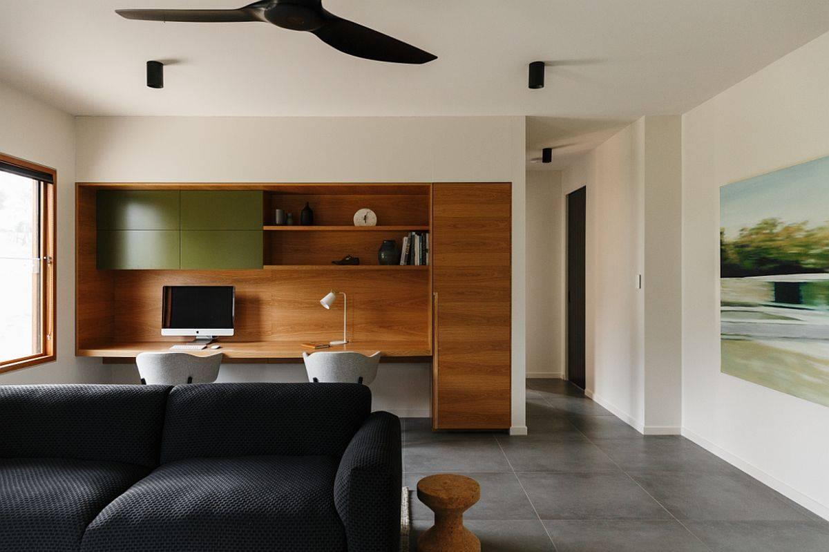 Conception-sur-mesure-de-bureau-à-maison-avec-un-bureau-en-bois-intégré-et-des-chaises-confortables-25319