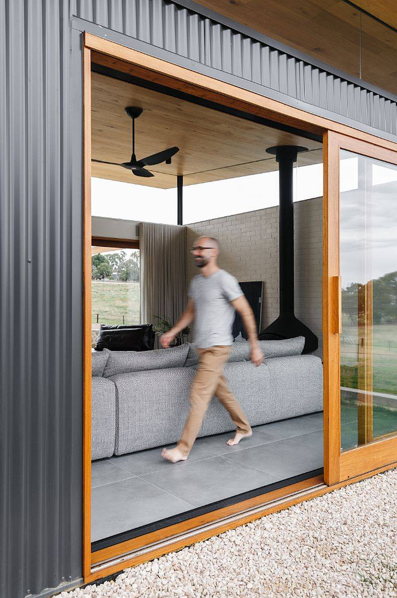 Portes-coulissantes-avec-cadre-en-bois-connectez-le-nouveau-salon-avec-le-monde-exterieur-20771