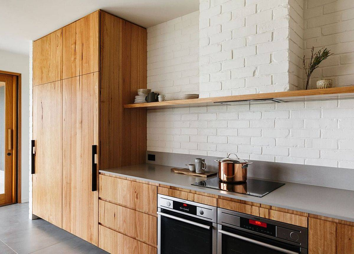 Armoires-en-bois-pour-la-cuisine-simple-avec-dosseret-en-brique-peint-blanc-74858