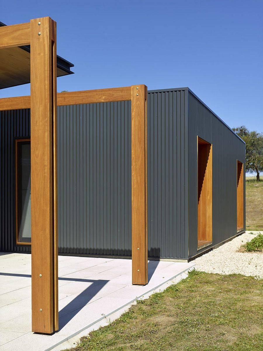Tôle-ondulée-gris-et-brique-recyclée-apporte-la-bonté-verte-à-cette-maison-50641