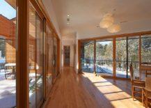 Des-murs-verres-et-portes-coulissantes-en-verre-connectent-l'interieur-au-paysage-rocheux-exterieur-63717-217x155