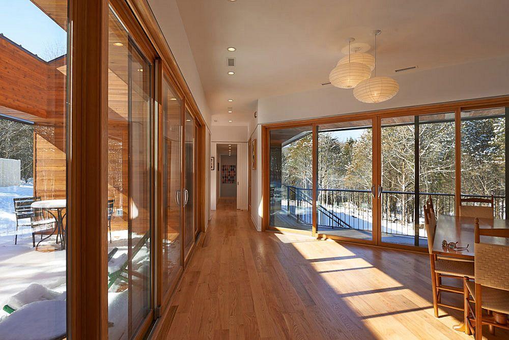 Des-murs-de-verre-et-des-portes-de-verre-coulissantes-connectent-l-interieur-avec-le-paysage-rocheux-exterieur-63717
