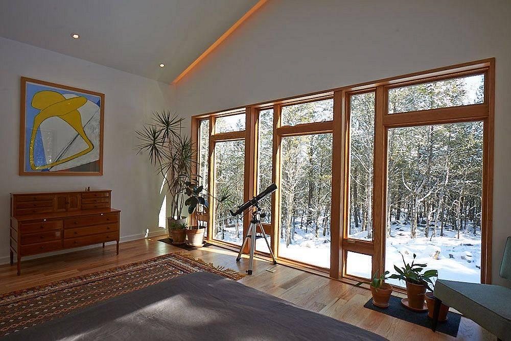 Salon-de-la-maison-avec-magnifiques-vues-sur-le-paysage-raboteux-et-la-riviere-a-distance-35249