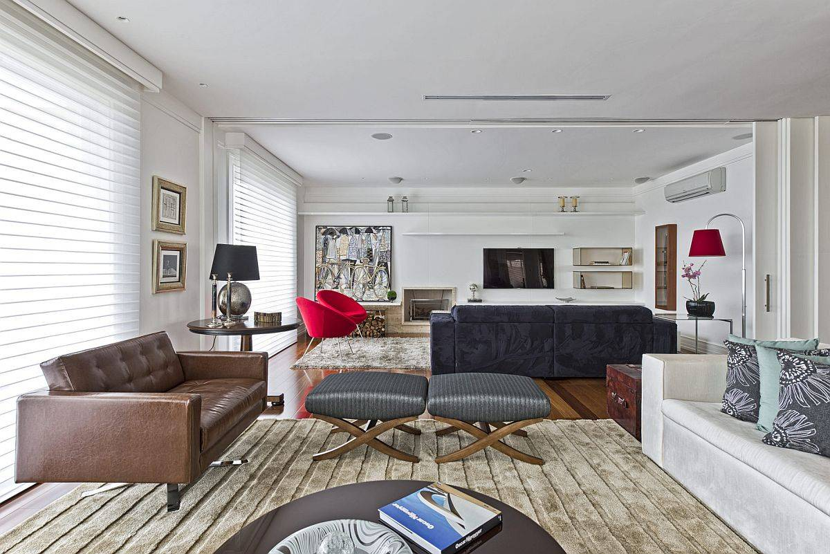 Salon-et-salle-familiale-de-maison-moderne-dans-des-teintes-neutres-avec-des-brillants-de-rouge-et-bleu-70664
