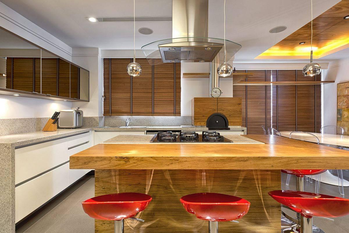 Cuisine-moder-en-blanc-avec-comptoirs-en-pierre-et-comptoirs-en-bois-le-long-tabourets-de-bar-rouge-vif-97438