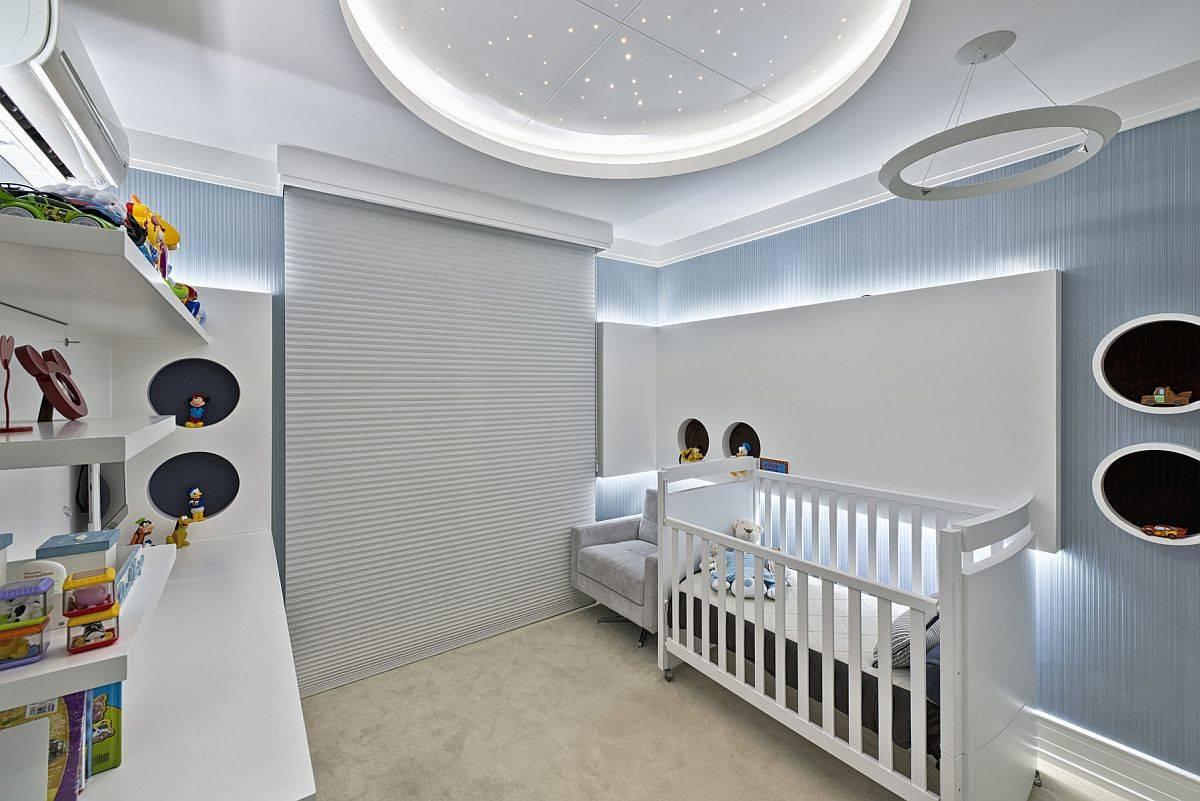 Superbe-chambre-de-bébé-en-bleu-et-blanc-avec-un-bel-éclairage-et-des-étoiles-au-plafond-design-53819