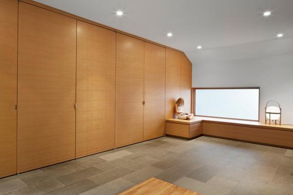 large armoire en bois