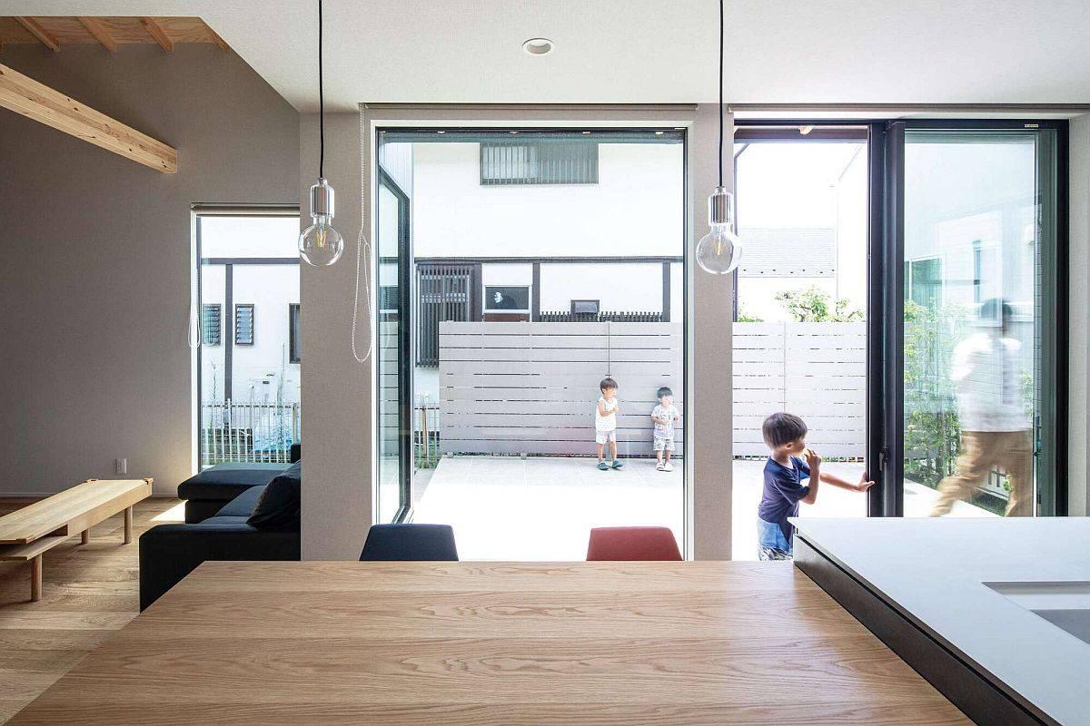 Toile-de-fond-contemporaine-de-la-maison-avec-finitions-en-bois-et-murs-de-verre-intelligents-86177