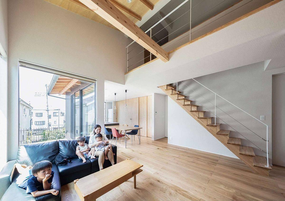double-hauteur-salon-de-la-maison-en-bois-et-blanc-avec-beaucoup-de-lumiere-naturelle-43235