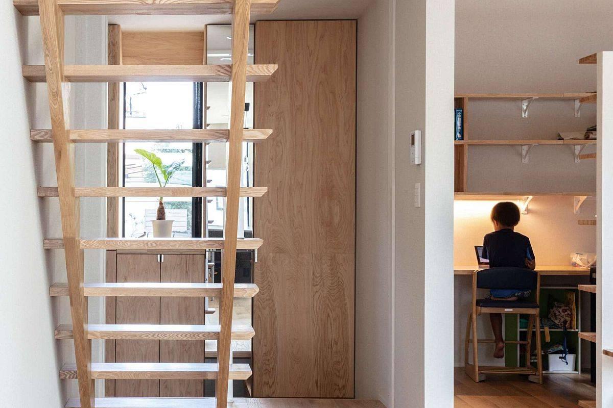 Escalier-en-bois-de-la-maison-menant-au-dernier-niveau-35136