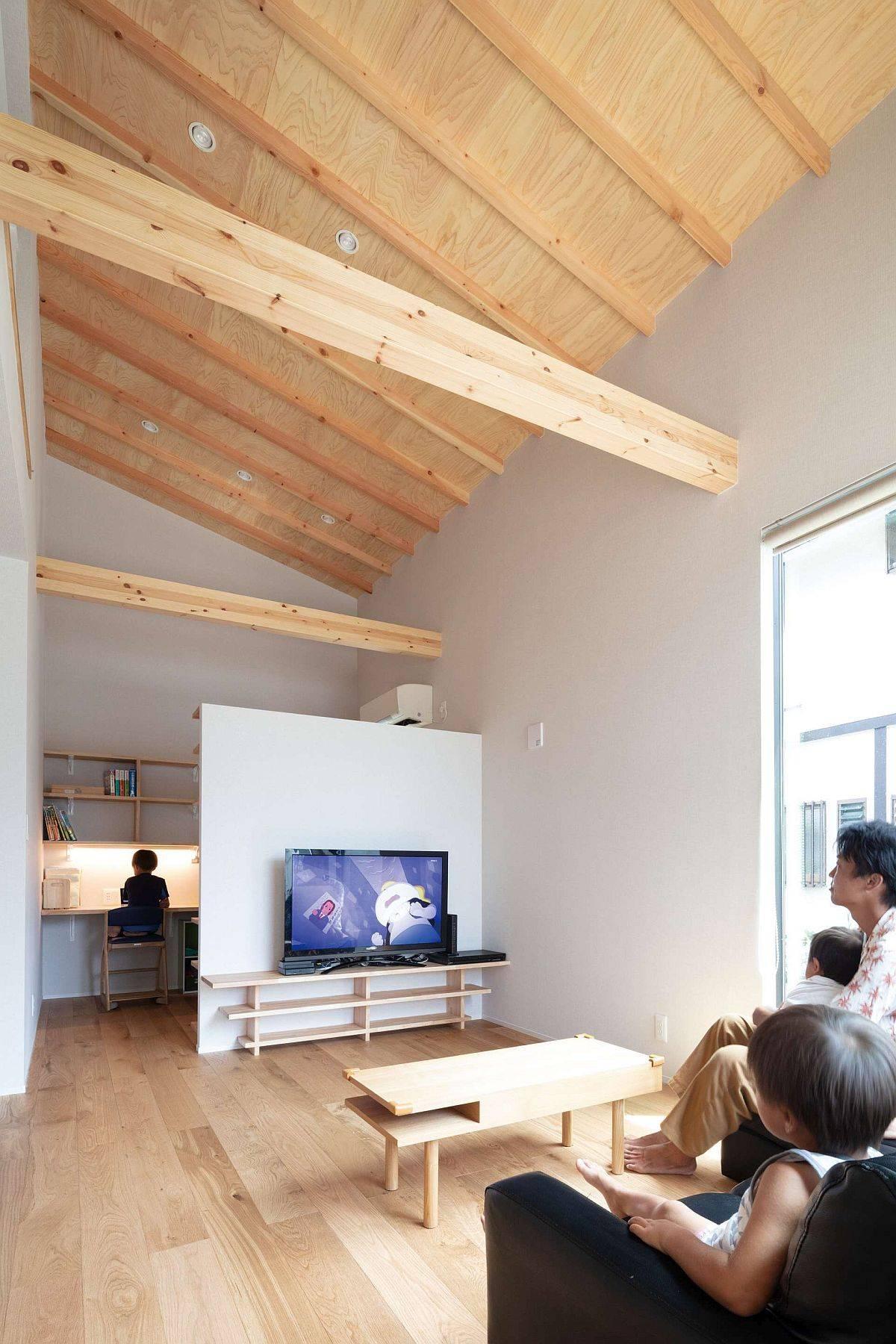 Le-poste-domicile-assis-derriere-le-salon-offre-un-espace-de-travail-prive-78822