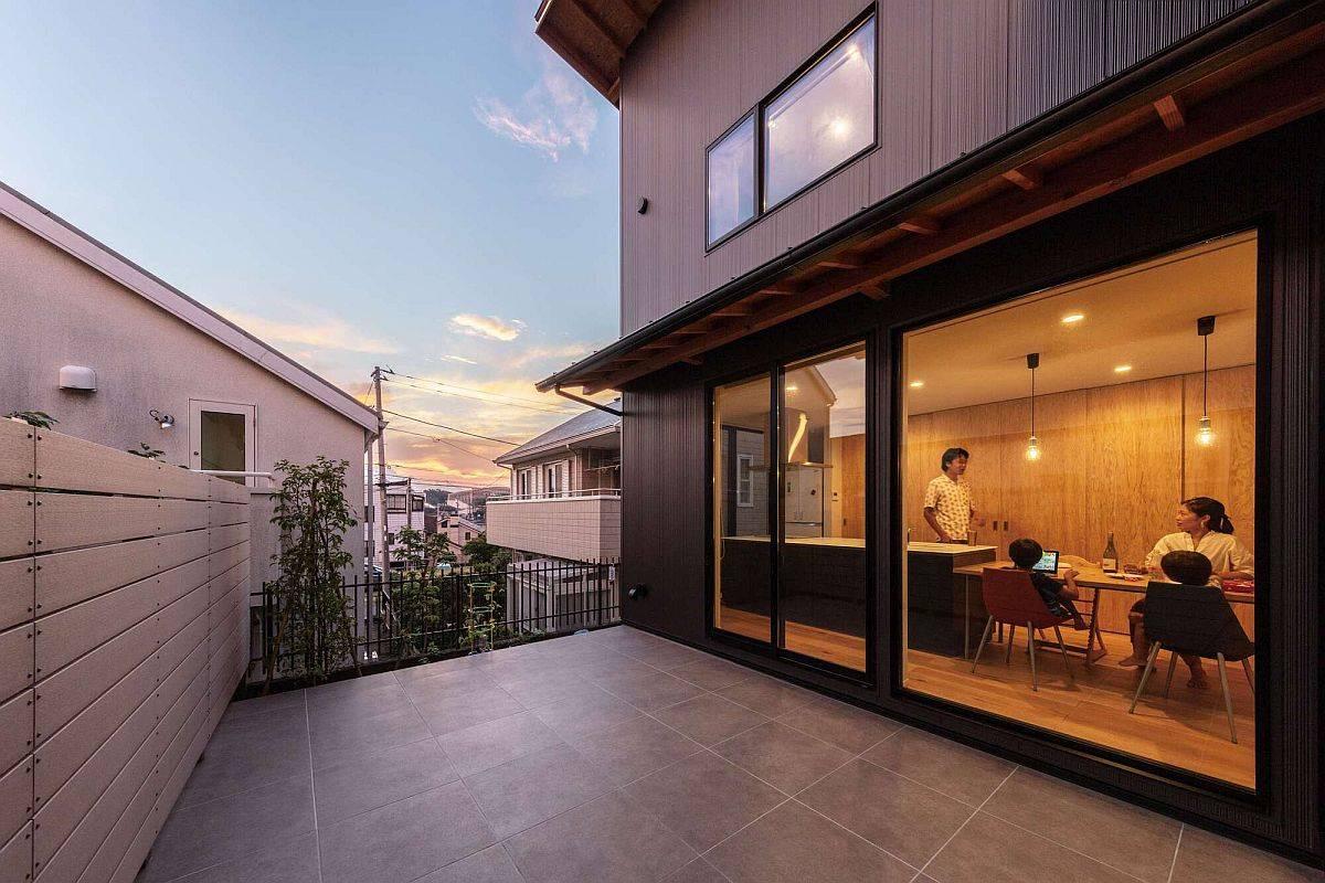 Petite-terrasse-exterieure-de-la-maison-japonaise-moderne-avec-contrastes-intelligents-87775