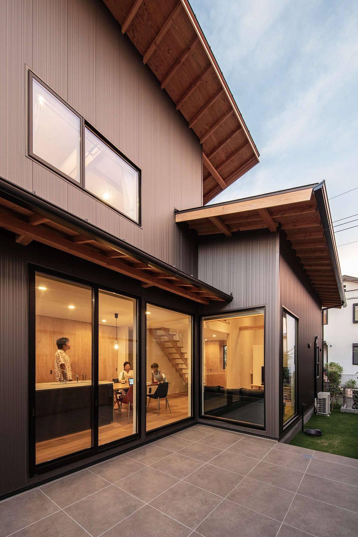 Portes-coulissantes-en-verre-de-la-maison-connecte-la-cuisine-et-salon-avec-l-exterieur-20780