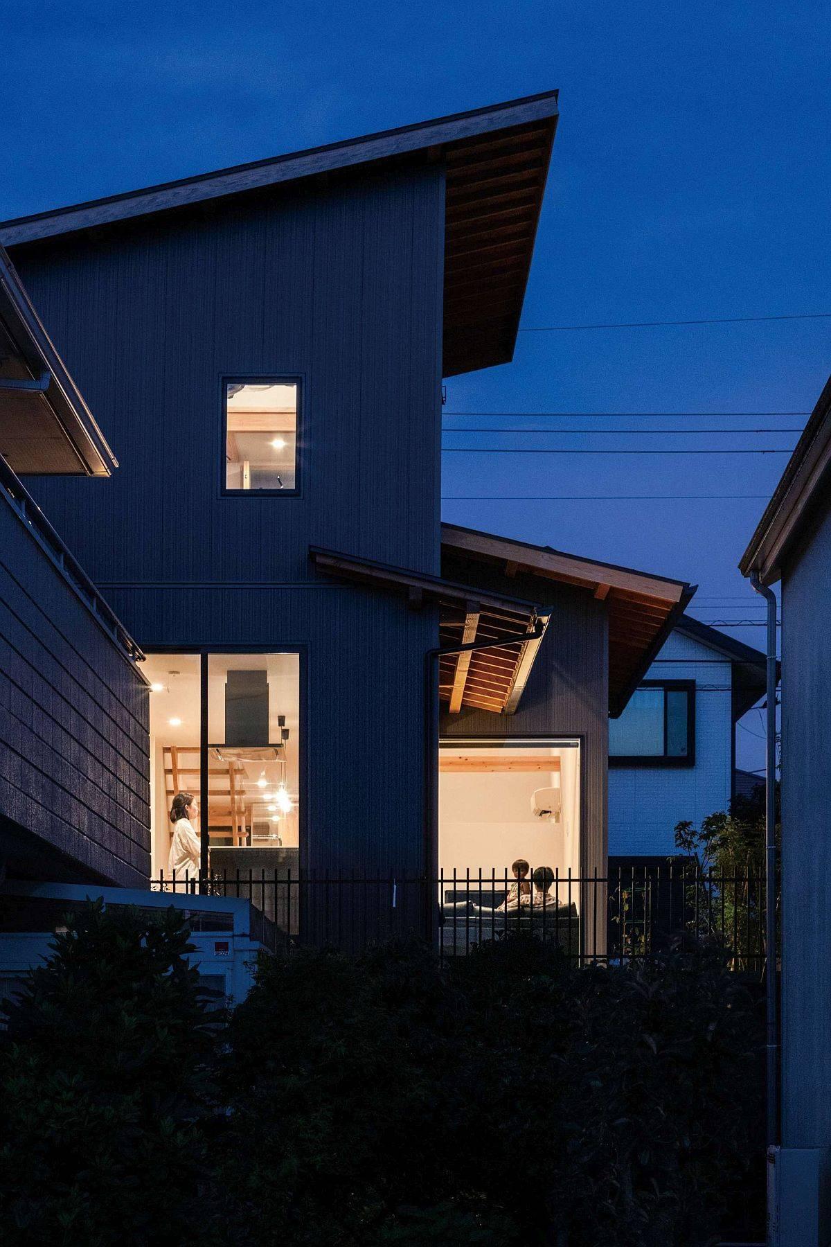 Vue-de-la-maison-japonaise-moderne-de-la-rue-90902