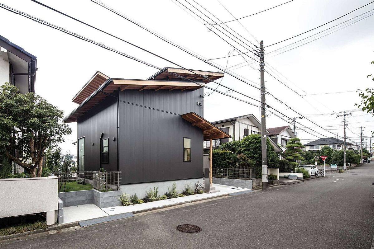 Maison-moderne-compacte-et-élégante-au-Japon-avec-des-toits-en-bois-sombres-et-des-toits-en-bois-85592