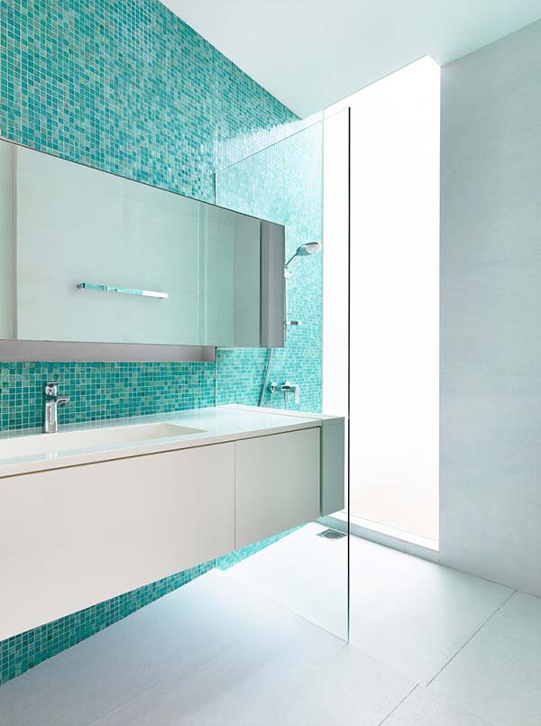 salle de bain carrelée bleu