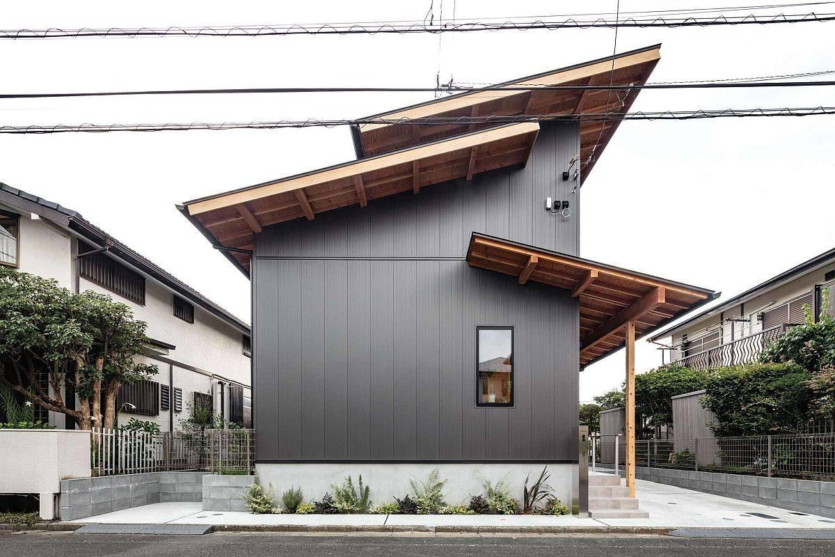 De petites sections de toit en bois de la maison donnent à la façade un aspect unique