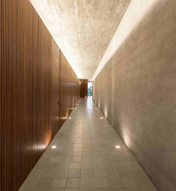 éclairage au sol du couloir